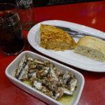 アトレティコ・マドリードのスポーツバーでタパスを食べる